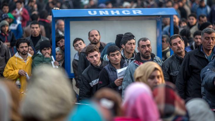Flüchtlinge stehen am 04.03.2016 im Flüchtlingslager in Idomeni an der Grenze zwischen Griechenland und Mazedonien bei der Registrierung an; Foto: Michael Kappeler/dpa