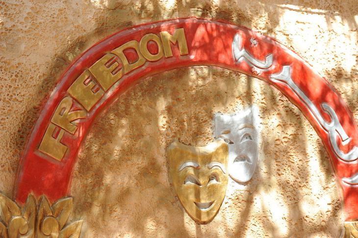 """Schild am Eingang des """"Freedom Theatre""""; Quelle: Freedom Theatre"""