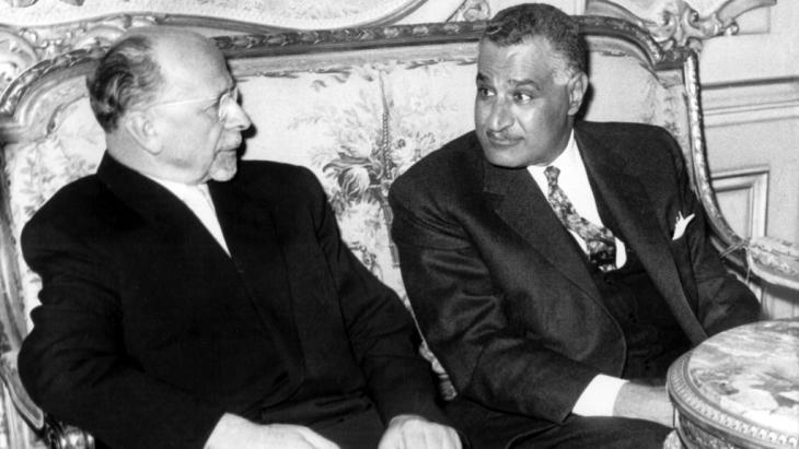 SED-Generalsekretär Walter Ulbricht im Gespräch mit dem ägyptischen Präsidenten Gamal Abdel Nasser am 24. Februar 1965 im Amtssitz des Präsidenten, dem Kubbeh-Palast in Kairo; Foto: picture-alliance/dpa/Z. Nagati
