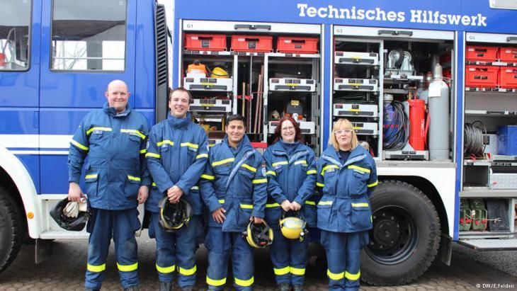 Emdad (m.) mit anderen Mitarbeitern des Technischen Hilfswerks; Foto: DW