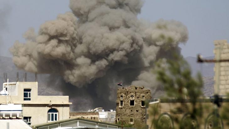 Saudische Luftschläge in Jemens Hauptstadt Sanaa; Foto: Getty Images/AFP/M. Huwais