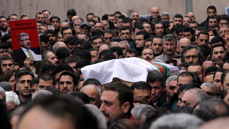 Beerdingung Tahir Elçis in Diyarbakir; Foto: picture-alliance/AA/A. Kaplan