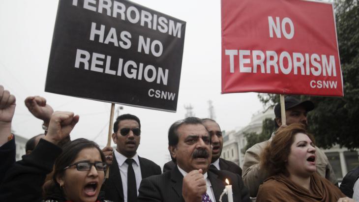 Proteste in Lahore gegen den Terroranschlag an der Bacha Khan University in Charsadda; Foto: Reuters/M. Raza
