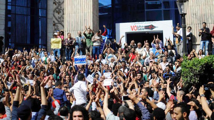 Proteste gegen die Übergabe von zwei Inseln an Saudi-Arabien vor dem Pressesyndikat in Kairo; Foto: Getty Images/AFP/Stringer