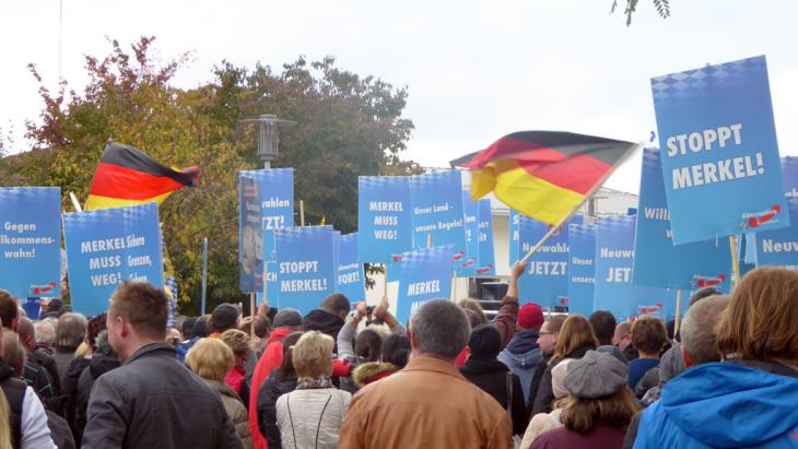Rechtspopulisten der AfD demonstrieren in Freilassing gegen Kanzlerin Merkel; Foto: DW/D. C. Heinrich