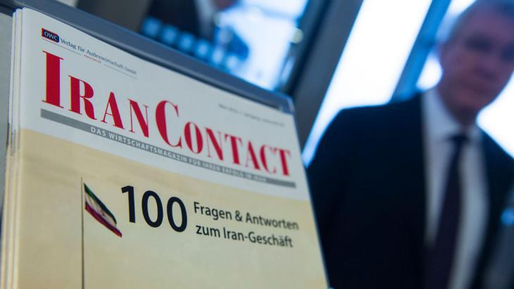 Broschüre zu Investitionen im Iran auf dem deutsch-iranischen Geschäftsforum in Berlin; Foto: Getty Images/AFP/J. MacDougall