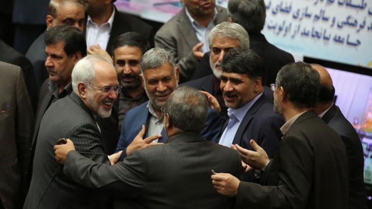 Außenminister Javad Zarif (l.) wird nach dem historischen Atomabkommen von iranischen Abgeordneten am 17. Januar 2016 im Teheraner Parlament beglückwünscht; Foto: Getty Images/AFP/A. Kenare