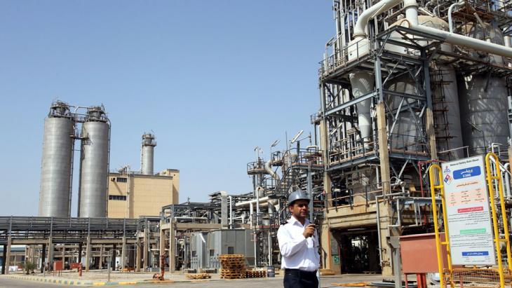 Wachmann vor petrochemischem Komplex Mahshahr, Khuzestan; Foto: picture-alliance/dpa/A. Taherkenareh
