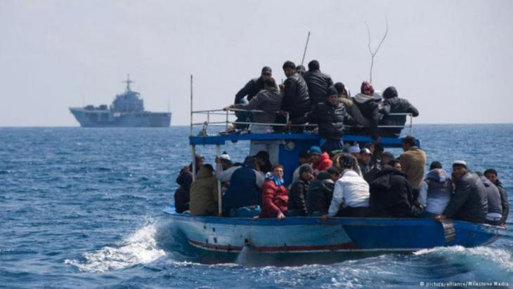 Von der italienischen Küstenwache geretete Flüchtlinge in einem Schlauchboot (Foto: Reuters)