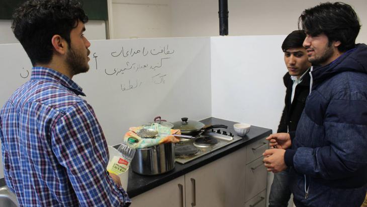 Afghanische Flüchtlinge in einem Flüchtlingswohnheim in Bonn; Foto: DW