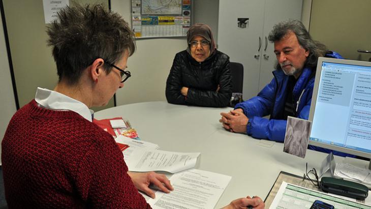 Hooria Mashhour mit einem Flüchtling bei einer Unterredung im Jobcenter in Schleswig-Holstein; Foto: NDR