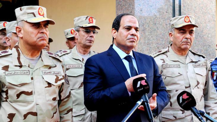 Ägyptens Präsident Al-Sisi im Kreise seiner Militärs; Foto: picture-alliance/dpa