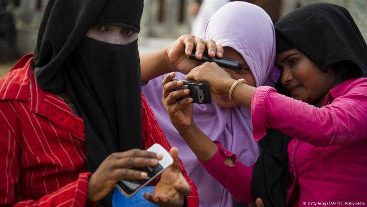 Arabische Frauen mit Smartphones; Foto: AFP/Getty Images