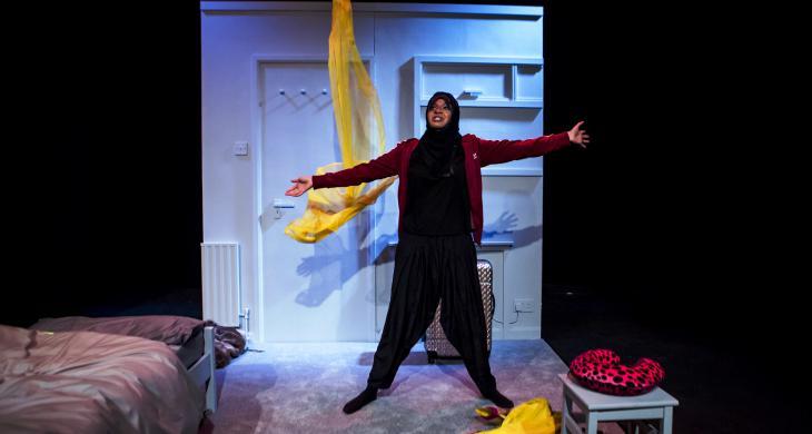 """Ambreen Razia während Ihres Bühnenstücks """"Diary of a Hounslow Girl""""; Foto: Richard Davenport"""