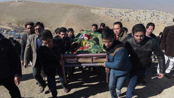 Beerdigung von Saeed Jawad Hossini, eines Tolo-TV-Journalisten, der bei dem Taliban-Anschlag im vergangenen Januar getötet wurde; Foto: AFP/Getty Images/Shah Marai