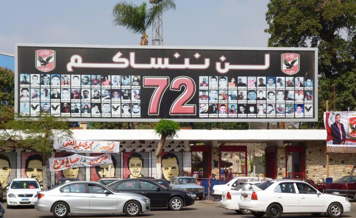 """""""Wir werden Euch nicht vergessen!"""" - Gedenktafel in Kairo zu Ehren der 72 getöteten Ahly-Fans bei den Stadion-Ausschreitungen im Jahr 2012; Foto: Arian Fariborz"""