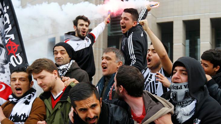 Proteste von Beşiktaş-Fans vor einem Gericht in Istanbul am 16. Dezember 2014; Foto: Reuters