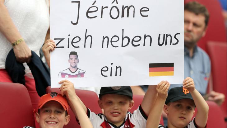 Plakat Solidarität mit Boateng wähend des Freundschaftsspiels Deutschland gegen die Slowakei, Foto: picture-alliance/dpa/C. Charisius