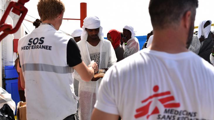 """Mitarbeiter der Hilfsorganisation """"Mediziner ohne Grenzen"""" verteilen Nahrungsmittel an Flüchtlinge; Quelle: GABRIEL BOUYS/AFP/Getty Images"""
