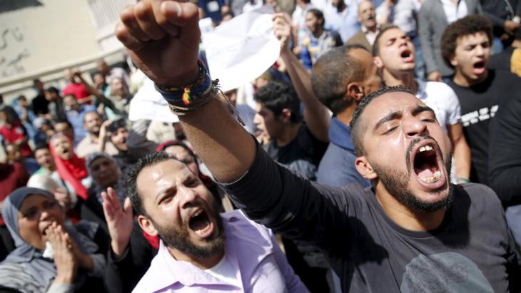 Proteste gegen die Übergabe von zwei Inseln an Saudi-Arabien vor dem Gebäude der Journalistengewerkschaft in Kairo; Foto: Reuters/A. Dalsh