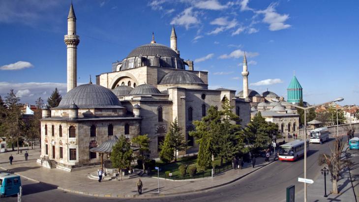 Mausoleum von Mevlana Celaleddin Rumi und die Hadschi-Bektasch-Moschee in Konya; Foto: picture alliance/blickwinkel/imagesandstories