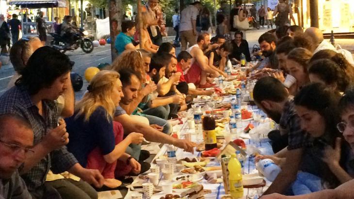 Jugendliche beim Fastenbrechen während des Ramadans in Istanbul; Foto: Kürşat Akyol