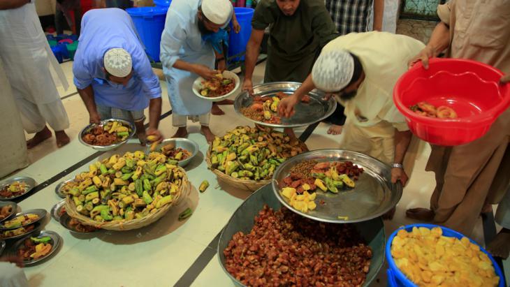 Muslime beim Iftar in Bangladesch; Foto: DW/Mustafiz Mamun