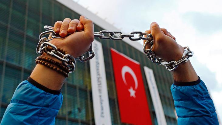 Demonstration gegen die Unterdrückung der Meinungsfreiheit in der Türkei; Foto: picture-alliance/dpa/S. Suna