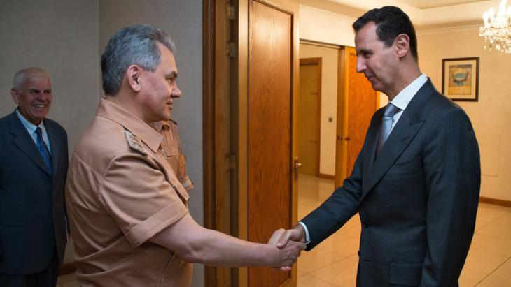 Russlands Verteidigungsminister Shoigu und Assad; Foto: picture-aliance/dpa