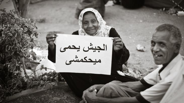 Altes Ehepaar in Kairo protestiert mit einem Schild gegen die Macht der Militärs am 15. Juli 2011 auf dem Tahrir-Platz in Kairo; Foto: Mosa'ab Elshamy