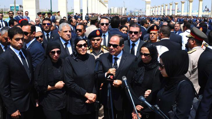 Abdel Fattah al-Sisi während einer Rede auf der Beerdigung des Generalstaatsanwalts Hisham Barakat in Kairo; Foto: picture-alliance/dpa/Egyptian Presidency