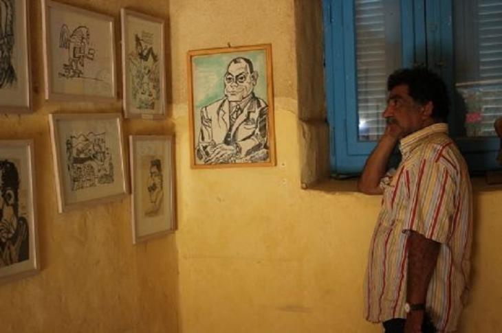 Der Gründer des Karikaturenmuseums, Mohamed Abla, vor einigen Gemälden; Bild: Goethe-Institut Kairo/ Sameh Fayez