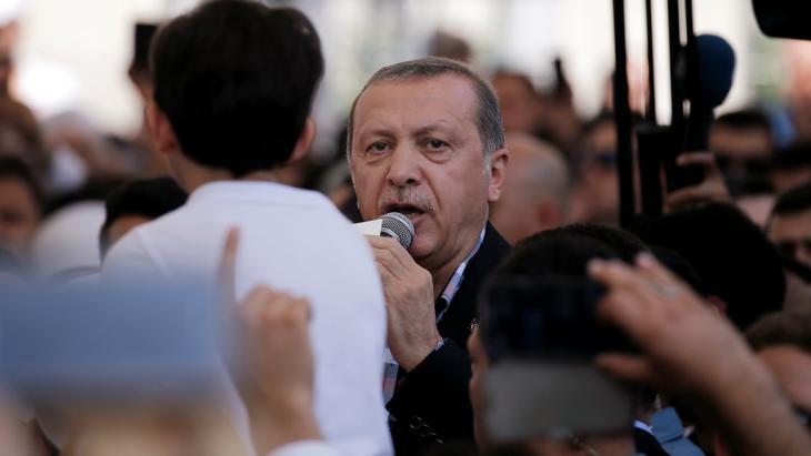 Bürger versammelten sich vor der Istanbuler Residenz Erdogans, um sich solidarisch mit dem Präsidenten zu zeigen