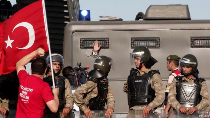 """Konspiration und """"tiefer Staat"""": Ergenekon war eine mutmaßliche Geheimorganisation aus säkularen, nationalistischen Kreisen des Militärs. Im Jahr 2012 lancierte die Erdoğan-regierung eine Kampagne gegen hunderte Militärangehörige. Unter dem Vorwurf, als Teil eines geheimen Netzwerks namens Ergenekon einen Umsturz zu planen, wurde zahlreichen Offizieren der Prozess gemacht. Fast alle Inhaftierten kamen frei, da die Beweismaterialien für gefälscht befunden wurden. Unter dem Namen Balyoz sollten Militärs detailliert einen Putsch vorbereitet haben. Der Plan entpuppte sich aber offenbar als Teil eines taktischen Seminars. Letztlich wurden alle Anklagen fallengelassen. Zu dieser Zeit besetzten Gülenisten viele Ämter im türkischen Staatsdienst, vor allem in Justiz und Polizei, Foto: Reuters"""