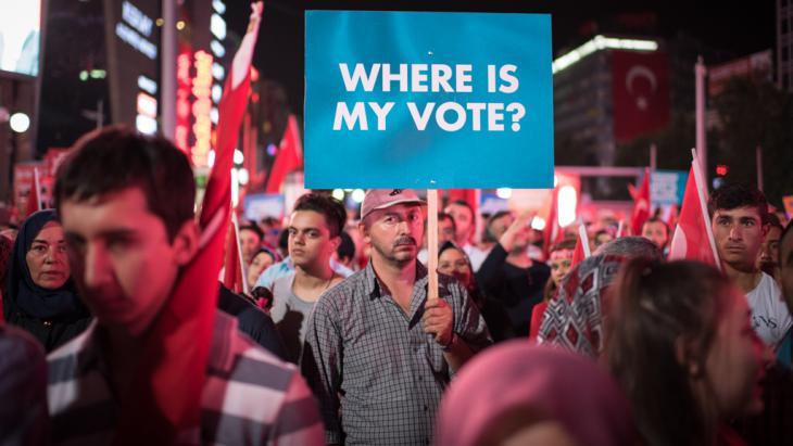 Erdoğan-Unterstützer protestieren in Ankara gegen den Militärputsch in ihrem Land; Foto:DW/D. Cupolo