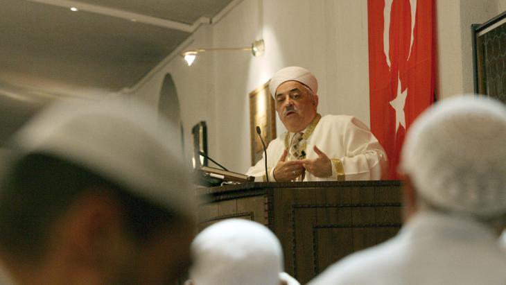 Ditib-Imam in einer Kölner Moschee; Foto: picture-alliance/dpa/O.Berg