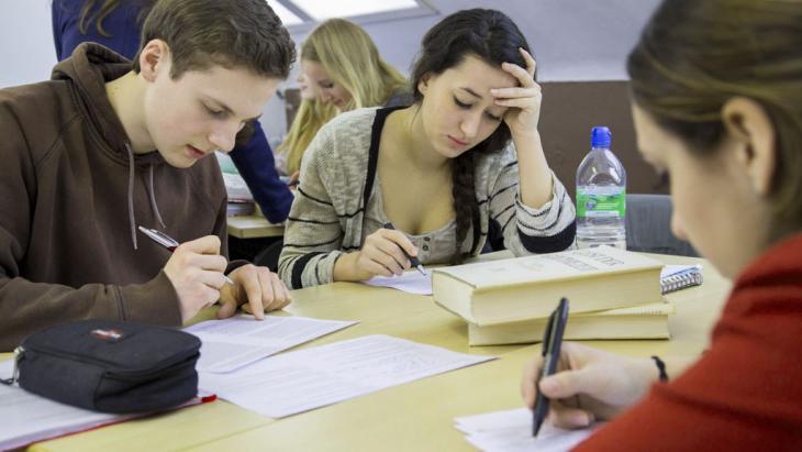 Deutschunterricht im Deutsch-Leistungskurs eines Gymnasiums; Foto: Imago/Jochen Tack