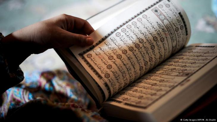 Mann liest im Koran; Foto: AFP/Getty Images