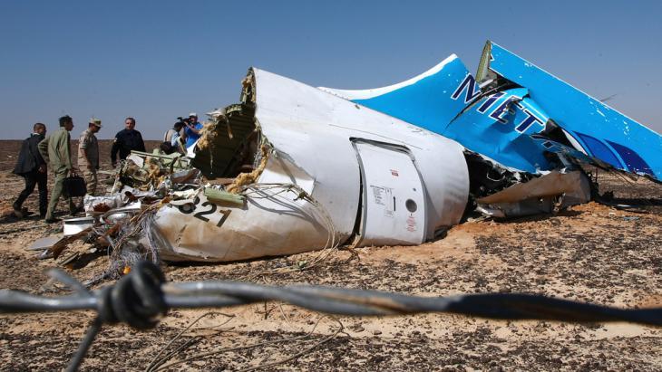 Wrackteile eines abgestürzten russischen Passagierflugzeuges auf dem Sinai; Foto: picture-allaince/ AFP/Ria Novosti/N. Grigoriev
