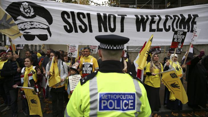 "Protesting the visit of Egyptian President Abdul Fattah al-Sisi to London in November 2015. The placards bear the four-finger sign - ""rabaa"" meaning four in Arabic - in memory of those who died on Raba'a Square (photo: Getty Images/AFP/J. Tallis)"