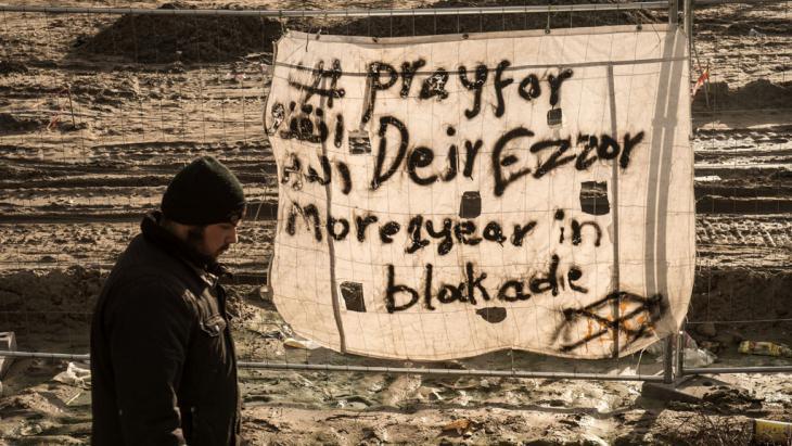 Solidaritätskampagne im Flüchtlingscamp Calais für die Bewohner von Deir ez-Zor am 7. Dezember 2015; Foto: Getty/AFP/P. Huguen