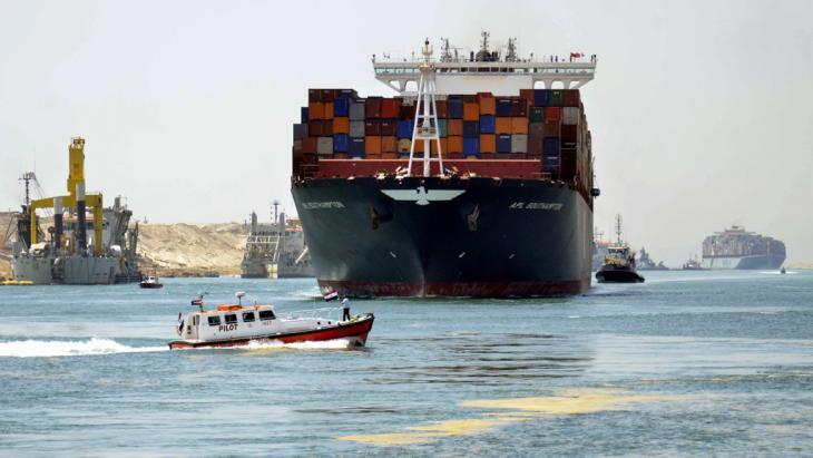 Container-Schiffe auf dem Weg durch den neuen Suezkanal bei Ismailiya; Foto: picture-alliance/dpa/A. Shaker