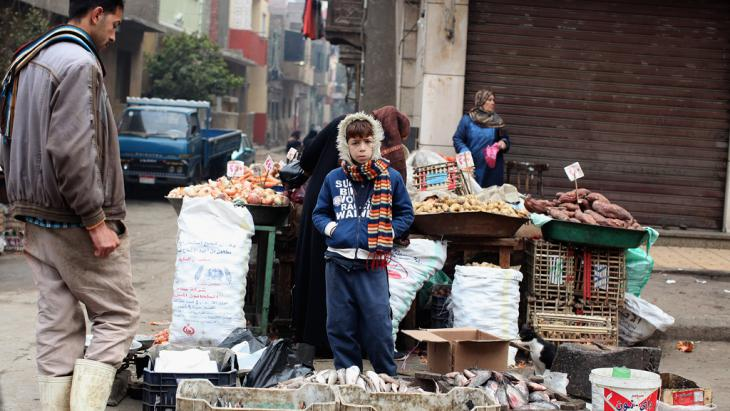 Informelle Marktstände in einem Armenviertel in Kairo; Foto: Getty Images/J. Mitchell