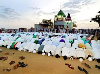 Sufis beim Freitagsgebet vor der Moschee in Omdurman in Sudan; Foto: dpa