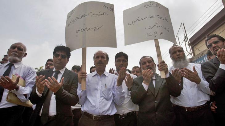 """""""Stoppt den Terrorismus!"""", """"Verhaftet die Täter!"""" - Rechtsanwälte beten während einer Demonstration nach dem Anschlag auf ein Krankenhaus in Quetta; Foto: picture-alliance/AP Photo/ S. Adil"""