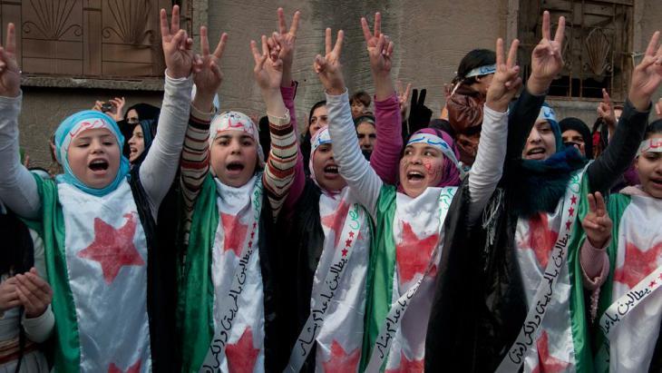 Deminstration gegen das Assad-Regime in einem Vorort von Homs am 27.12.2011; Foto: AP