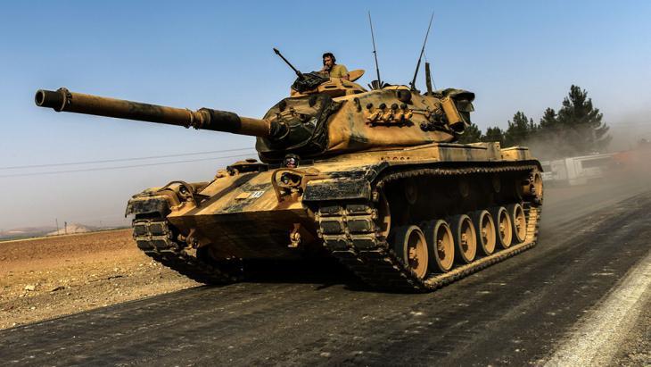 Türkischer Panzer an der Grenze zu Syrien; Foto: Getty Images/AFP/B. Kilic