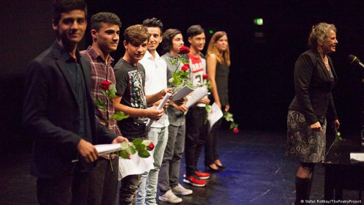 Die Teilnehmer des Poetry Projects zusammen mit Susanne Koelbl auf der Bühne; Foto: Stefan Rottkay/The PoetryProject