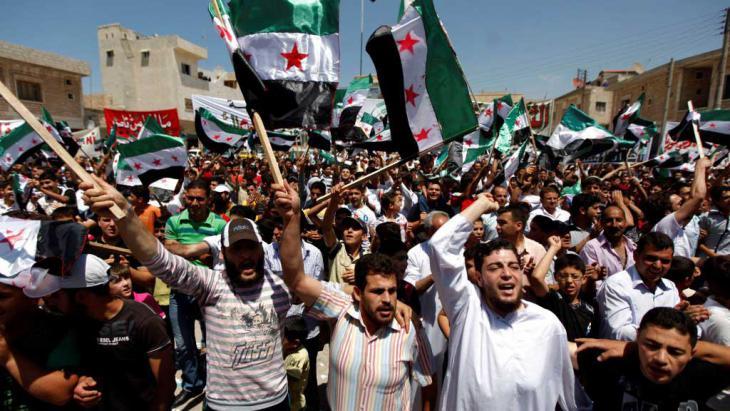 Syrer während einer Anti-Assad-Demo nach dem Freitagsgebet in der Rebellenhochburg Idlib; Foto: AP