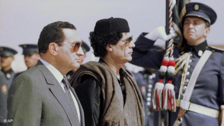 Die ehemaligen Diktatoren Hosni Mubarak und  Muammar al-Gaddafi am 16.10.1989 im ägyptischen Marsah Matruh; Foto: AP